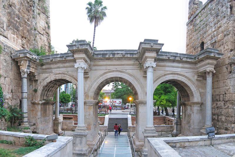 Ворота Адриана — достопримечательности Анталии