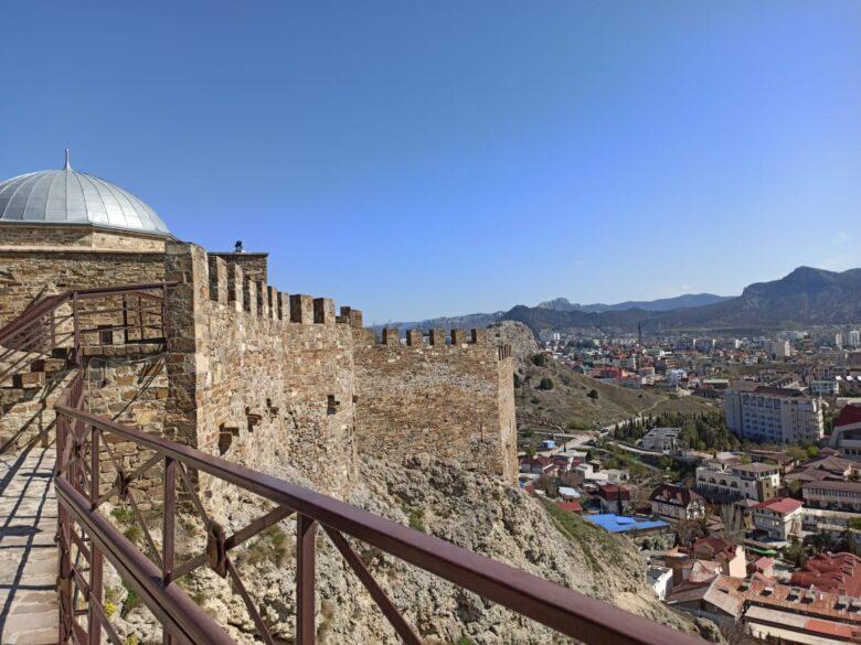 Смотровая площадка в Генуэзской крепости с видом на Судак